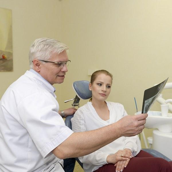 dr Arkadiusz Garbaciak podczas konsultacji z pacjentką.