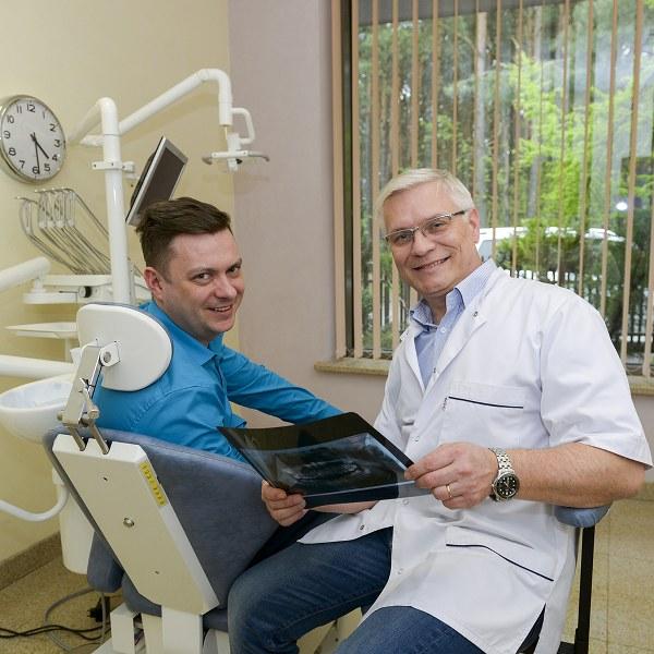 Pan doktor Arkadiusz Garbaciak z pacjentem.