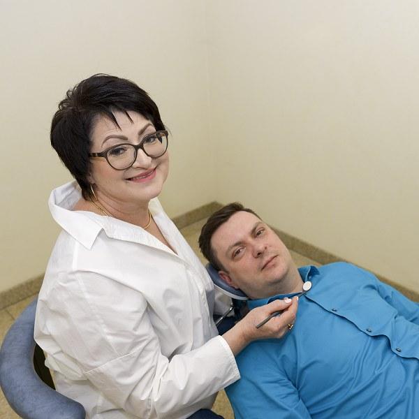Pani doktor jest ciepłą osobą i każdego pacjenta slucha bardzo uważnie.